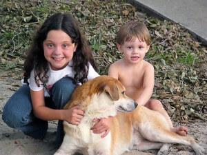 Hund und zwei Kinder